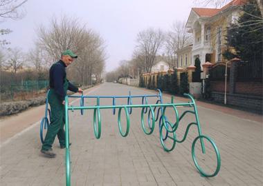 Устанавливаем отреставрированные велопарковки